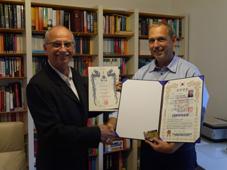 Verleihung des 5. Dan an Markus Jäger (rechts) durch Meister Dr. Michael Schütz (links, 7. Dan)
